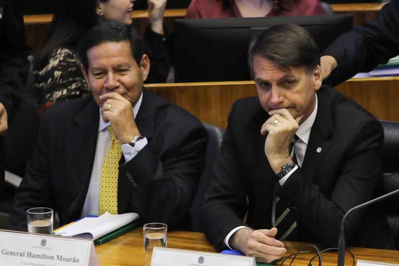 Governo de transição acena com cortes de terceirizadas